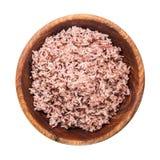 在白色背景的煮熟的糙米和向cli的做的工作道路 库存照片