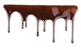在白色背景的熔化巧克力水滴 图库摄影