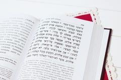在白色背景的犹太书,与红色餐巾 免版税库存照片