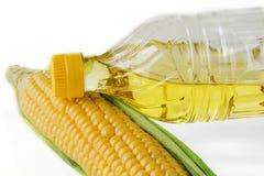 在白色背景的玉米油 库存照片