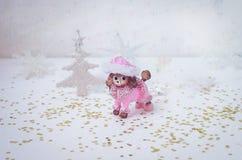 在白色背景的玩具桃红色长卷毛狗 免版税库存照片