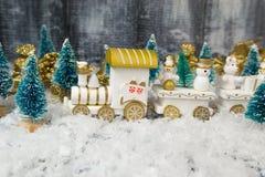 在白色背景的玩具火车圣诞节的 免版税图库摄影
