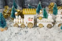 在白色背景的玩具火车圣诞节的 免版税库存图片