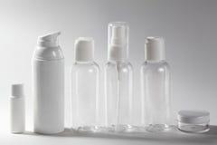在白色背景的白色化妆瓶 健康、温泉和身体关心瓶罐收藏 浴秀丽构成油用肥皂擦洗处理 免版税库存图片