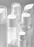 在白色背景的白色化妆瓶 健康、温泉和身体关心瓶罐收藏 浴秀丽构成油用肥皂擦洗处理 库存图片