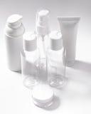 在白色背景的白色化妆瓶 健康、温泉和身体关心瓶罐收藏 浴秀丽构成油用肥皂擦洗处理 图库摄影