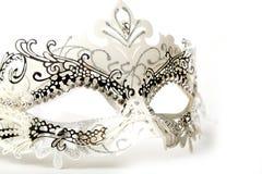 在白色背景的白色和银色华丽化妆舞会面具 免版税库存图片