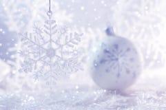 在白色背景的白色圣诞节球与雪花和bokeh 抽象空白背景圣诞节黑暗的装饰设计模式红色的星形 库存照片