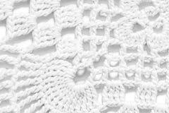 在白色背景的白色手工制造鞋带桌布纹理 库存照片