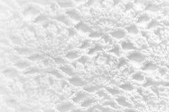 在白色背景的白色手工制造鞋带桌布纹理 图库摄影