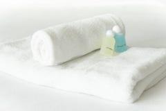 在白色背景的白色折叠毛巾 免版税库存图片