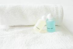 在白色背景的白色折叠毛巾 免版税库存照片