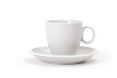 在白色背景的白色杯子 免版税库存图片