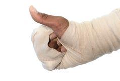 在白色背景的白色医学绷带伤害手 免版税库存照片