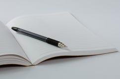 在白色背景的皮革盖子笔记本 免版税库存照片