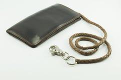 在白色背景的皮革钱包链子 免版税库存照片