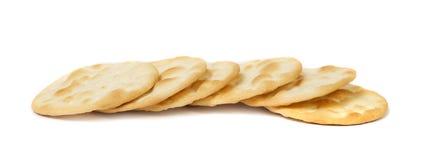 在白色背景的盐味的薄脆饼干 库存图片