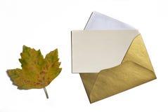 在白色背景的秋天叶子与卡片邀请和金黄 库存图片