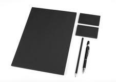 在白色背景的空白的文具 包括名片, 库存照片