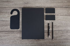 在白色背景的空白的文具 包括名片, 免版税库存照片