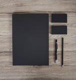 在白色背景的空白的文具 包括名片, 免版税库存图片