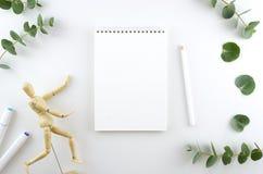 在白色背景的空白的螺旋写生簿 敏感设计模板 文本平的位置的空间 与木的工作区 库存图片