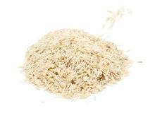 在白色背景的糙米 免版税库存图片