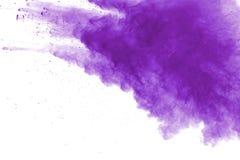 在白色背景的紫色粉末爆炸 色的云彩 五颜六色的尘土爆炸 绘Holi 免版税库存照片