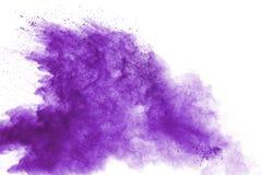 在白色背景的紫色粉末爆炸 色的云彩 五颜六色的尘土爆炸 绘Holi 免版税图库摄影