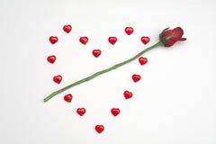 在白色背景的红宝石心脏与上升了 免版税库存图片