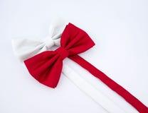 在白色背景的红色和白色蝶形领结 库存照片
