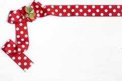 在白色背景的红色弓 免版税库存照片