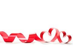 在白色背景的红色心脏丝带 库存图片