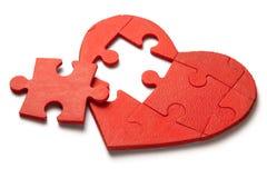 在白色背景的红色心脏难题 心脏的概念第二一半在爱的对华伦泰` s天或病症 库存图片