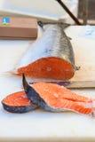 在白色背景的红色新鲜的三文鱼鱼 库存图片