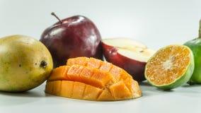 在白色背景的红色苹果芒果蜜桔 免版税库存图片