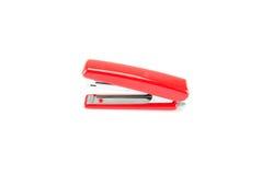 在白色背景的红色订书机 免版税库存照片