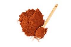 在白色背景的红辣椒粉末 图库摄影