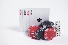 在白色背景的纸牌、模子和赌博娱乐场芯片 库存图片