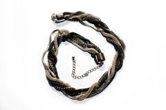 在白色背景的结辨的金属蛇项链 库存照片