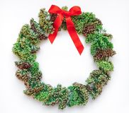 在白色背景的绿色花卉圆的花圈框架 平的位置,顶视图,看法从上面 秋天或冬天装饰 库存照片