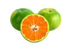 在白色背景的绿色蜜桔 免版税图库摄影