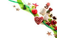在白色背景的美丽的圣诞节装饰品 免版税库存图片