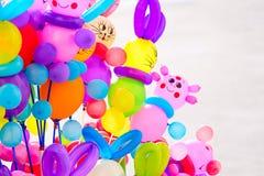 在白色背景的美丽的色的气球 多彩多姿的惊奇童年背景 免版税图库摄影