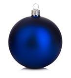 在白色背景的美丽的蓝色圣诞节球 免版税库存图片