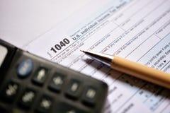 在白色背景的美国报税表1040 库存图片