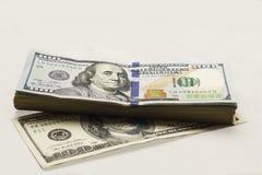 在白色背景的老和新的亲切的金钱美元一百美元票据 库存图片