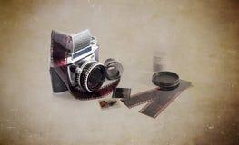 在白色背景的老照片照相机 免版税图库摄影