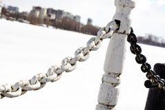 在白色背景的老生锈的金属链子 定调子 库存照片