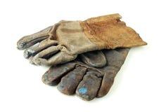 在白色背景的老肮脏的皮手套 免版税图库摄影